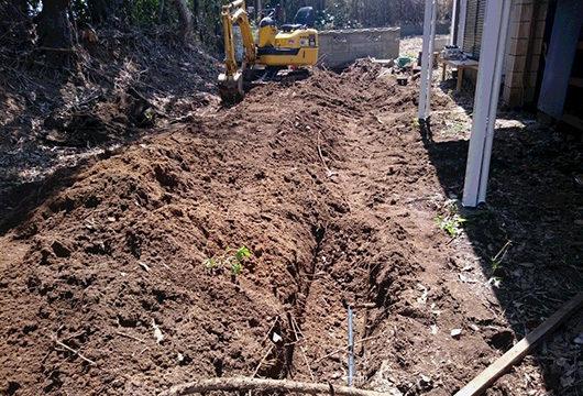 水道管を掘り起こす