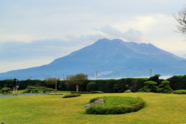 仙巌園と噴火中の桜島