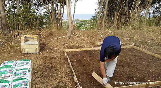 バーベキューコーナーの土をならす