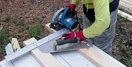 ウッドデッキの木材を切る